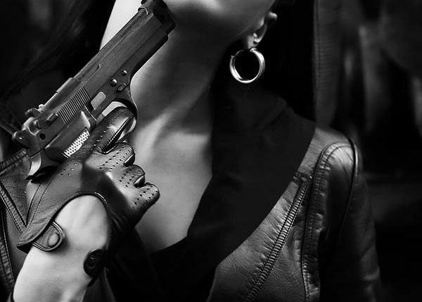 Дерзкая картинка на аву для девушки с пистолетом в руках