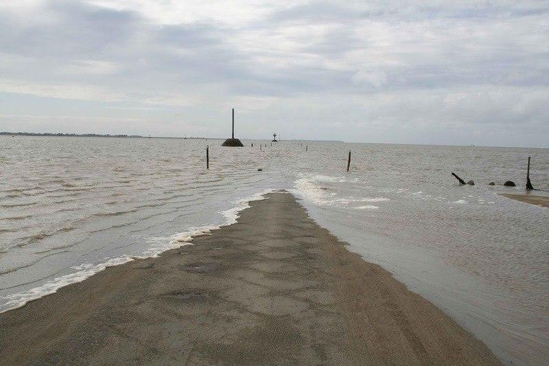 Пассаж дю Гуа - это дорога, проложенная по дну залива Бурньёф, связывающая материковую часть Франции ... - 6