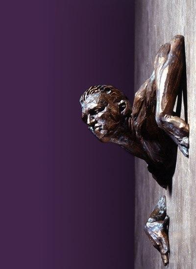 образом фото голова в стене скульптура бархатный