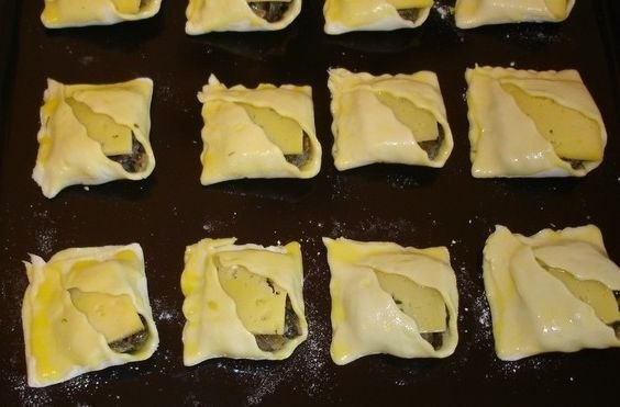 Закусочные пирожки с грибами и сыром. Ингредиенты: - 300 г грибов - 1 лук - 1 столовая ложка сметаны ... - 4