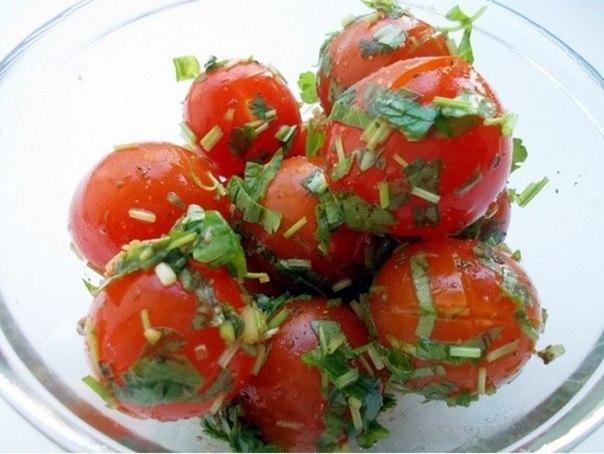Малосольные помидоры.Ингредиенты:помидоры черризелень (на ваш вкус)соевый соусчеснок, ...