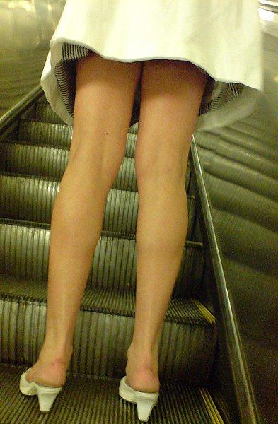 Подглядывают под юбки в московском метро