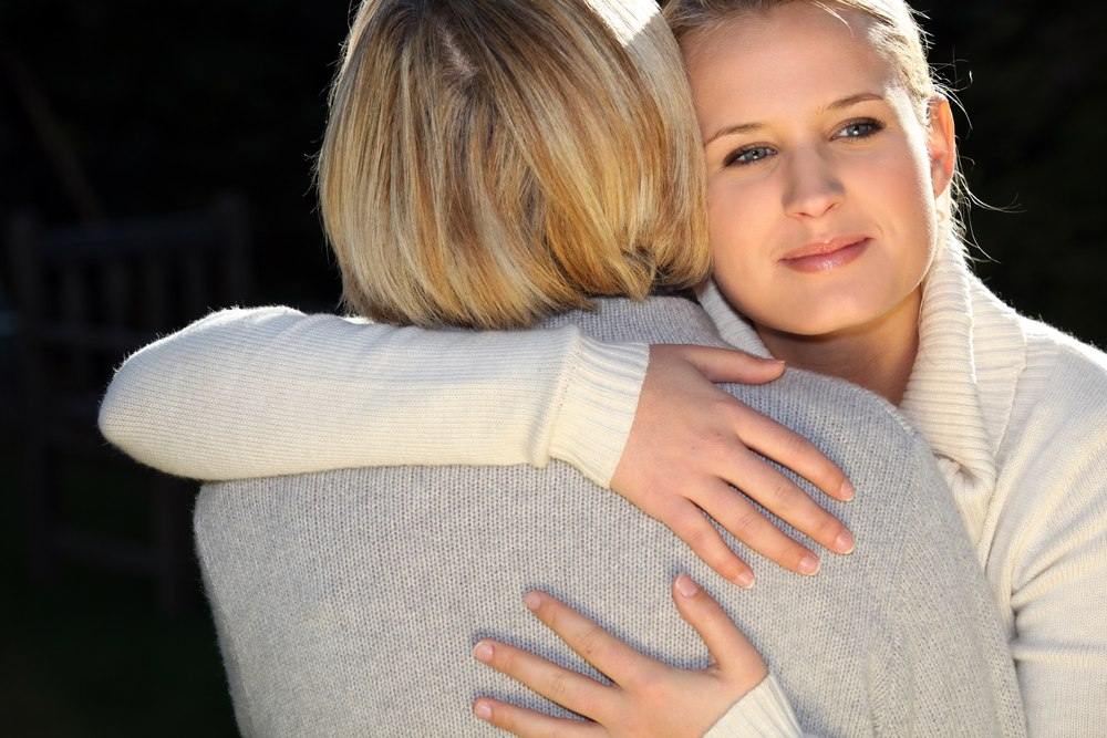 Фото мама и взрослая дочь со спины