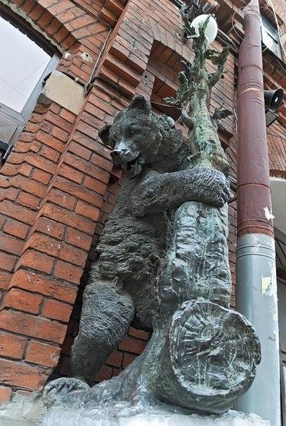 Памятник косолапым медведям. Симпатичные косолапые медведи украшают корпус Механического завода ...
