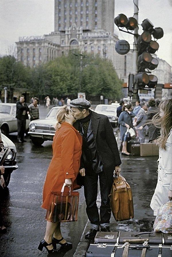 Василий Шукшин прощается с женой Лидией перед поездкой на съемки. 1974 год.
