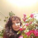 С цветами мир уже прекрасен,А вот без женщин он немой.И видит бог – труд не напрасен,Когда он создал рай земной.