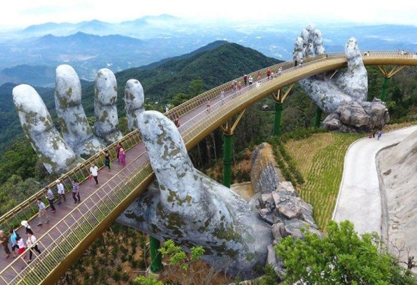 Рядом с курортным городом Дананг, в Ба На Хиллс летом 2018 года был построен огромный мост в виде ...