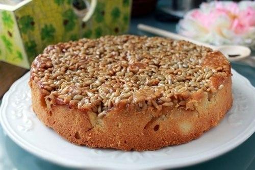 Пирог с яблоками и семечками. Семечки — не самый обычный ингредиент в яблочных пирогах, но очень к ... - 6