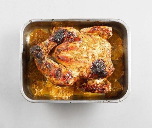 Курица, запеченная с имбирем и апельсинами.Ингредиенты:Курица — 1 шт.Цветочный мед — 4 ст. ...