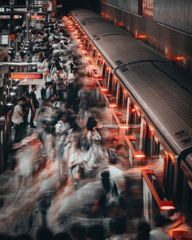 Приходящие...уходящие... Люди в жизни, как поезда... Лицемерные, настоящие, На мгновение... ...