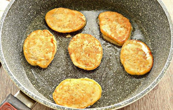 Оладьи из картофельного пюре.Ингредиенты:Готовое картофельное пюре — 500 гЯйцо — 1 шт.Мука — 3 ст. ... - 6