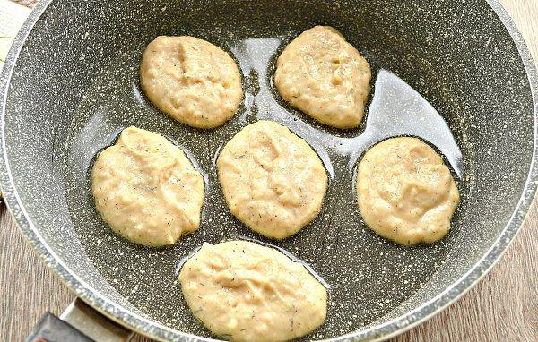Оладьи из картофельного пюре.Ингредиенты:Готовое картофельное пюре — 500 гЯйцо — 1 шт.Мука — 3 ст. ... - 5