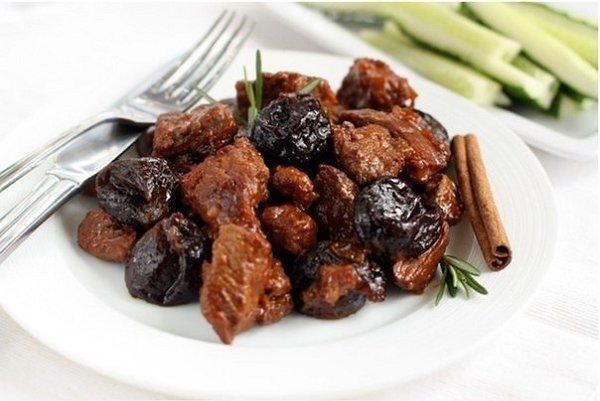 Мясо с черносливом.Сохрани и приготовь Ингредиенты:Лук — 200–250 гКрупная морковь — 1 шт.Мякоть ...