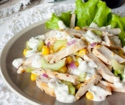 Легкий летний салат с курицей и кукурузой.Ингредиенты:-2 куриных филе-1 средний огурец-1 крупный ...