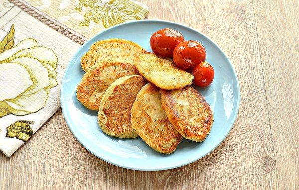 Оладьи из картофельного пюре.Ингредиенты:Готовое картофельное пюре — 500 гЯйцо — 1 шт.Мука — 3 ст. ...
