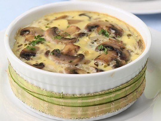 Грибной жюльен..Ингредиенты:500 г белых грибов или шампиньонов2 луковицы200 г сметаны300 г сыра ...
