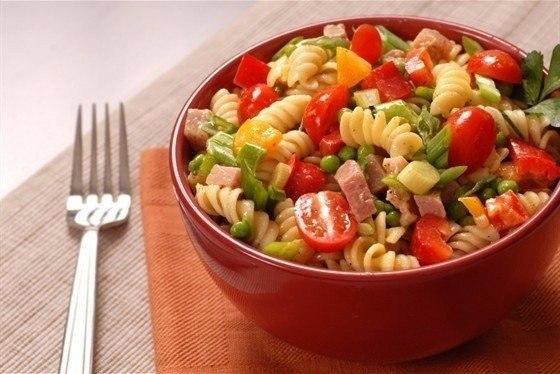 9 вкуснейших салатов на каждый день! Подборка: 1. Салат с сухариками. 2. Салат с копченым сыром. 3. ... - 8
