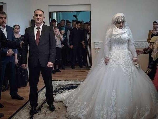 Эту 16 летнюю девушку выдали замуж на мужчину которой на 32 года старше ее.Что думаете по этому ... - 3