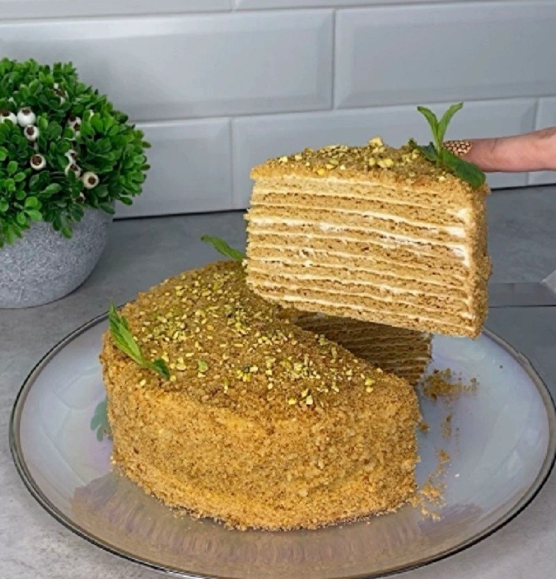 Медовый торт. Ингредиенты: Диаметр 20 см. Для теста 2 яйца щепотка соли 200 гр. сахара 2 ст. л. мёда ...