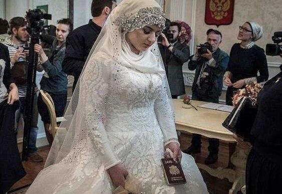 Эту 16 летнюю девушку выдали замуж на мужчину которой на 32 года старше ее.Что думаете по этому ... - 2
