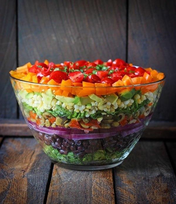 Слоеный овощной салат.Ингредиенты:Для салата:Салатные листья романо (можно заменить на молодую ...